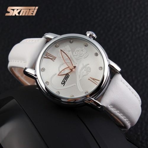 นาฬิกาสีขาว ลายดอกไม้ สายหนัง สวยมากๆๆ