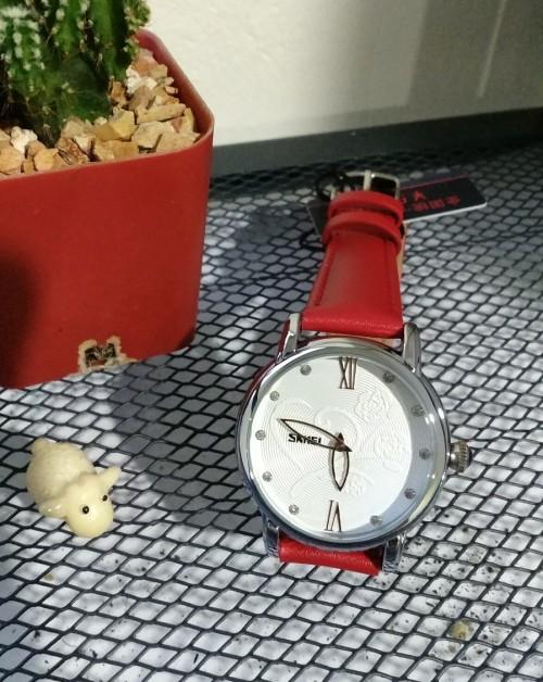 นาฬิกาสีแดง ลายดอกไม้ สายหนัง สวยมากๆๆ