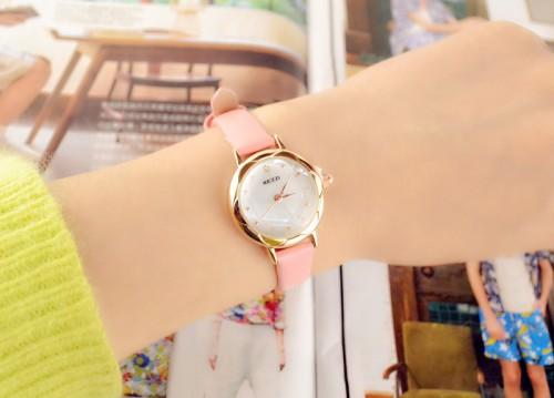 นาฬิกาสายสีชมพู เรือนเล็กกระทัดรัด คล่องตัว สวยน่ารัก สายหนัง