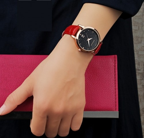 นาฬิกาสายหนังสีแดง สวยเด่น พื้นหน้าปัดประกายกากเพชร ระยิบระยับ