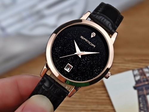 นาฬิกาสายหนังสีดำ พื้นหน้าปัดประกายกากเพชร ระยิบระยับ