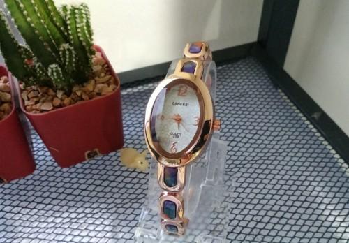 นาฬิกาสวยหรู สีทองชมพูนิดๆ ออกแบบสไตล์คริสตัล สวยมาก