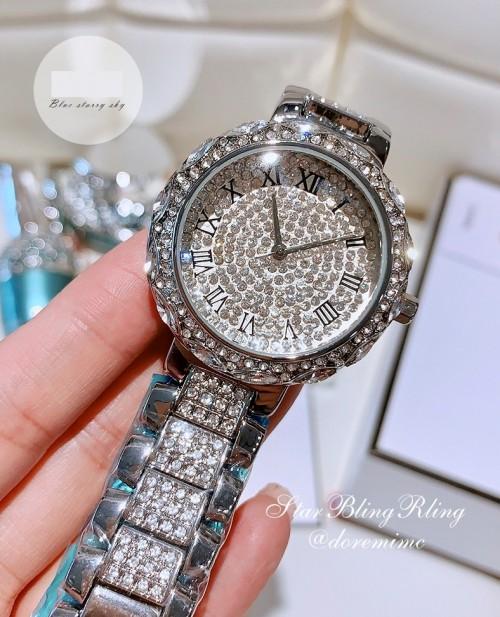 นาฬิกาคุณภาพ สีเงินประทับเม็ดเพชรเต็มเรือน สวยงาม